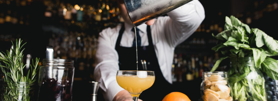 Barman servant un cocktail
