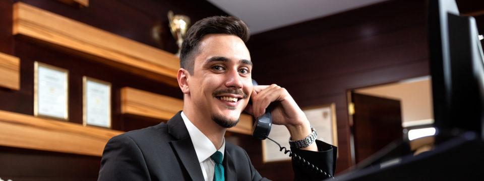 Réceptionniste d'hôtel au téléphone