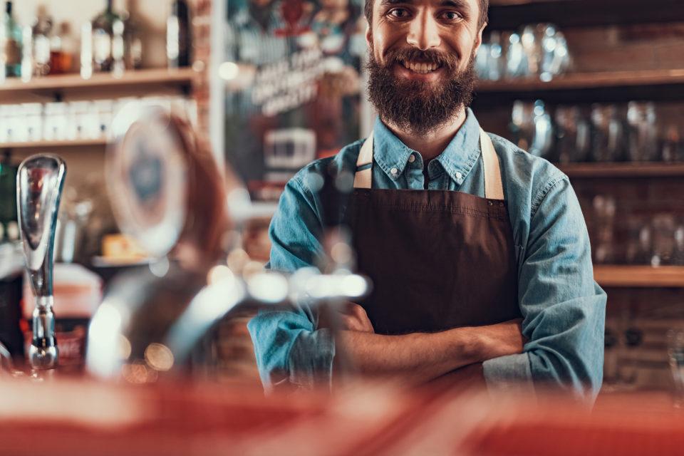 Barman derrière un comptoir de bar