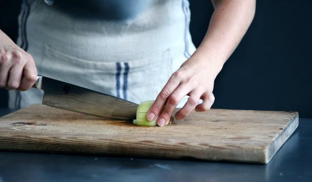 Cuisinière en train de découper un onion