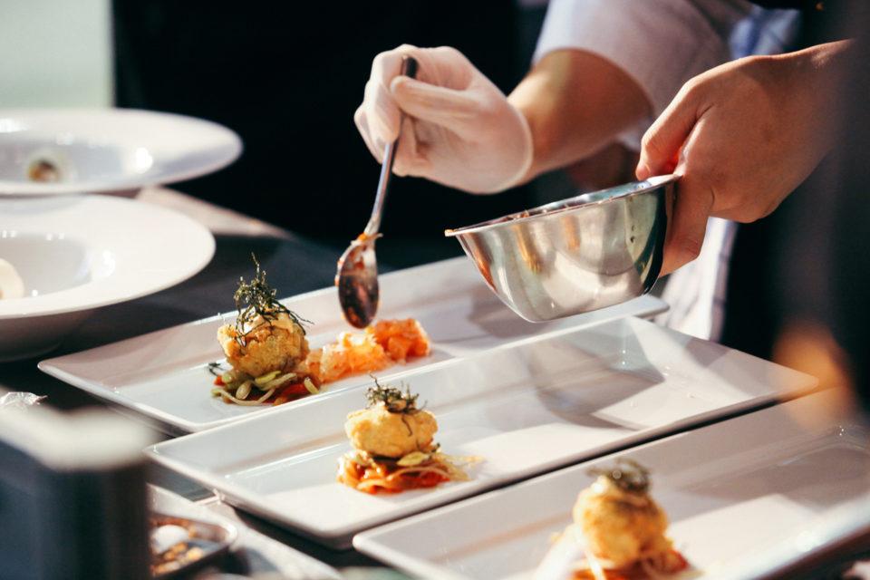 Cuisinier en train de dresser un plat