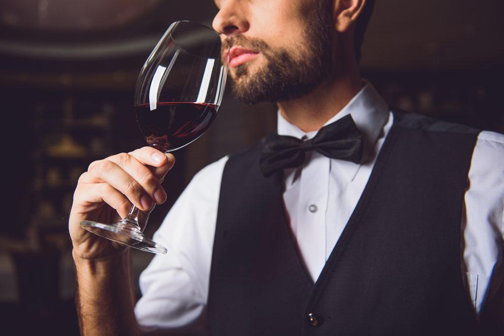 Sommeiier testant un vin