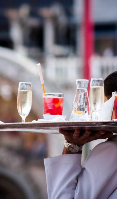 Serveur apportant des boissons